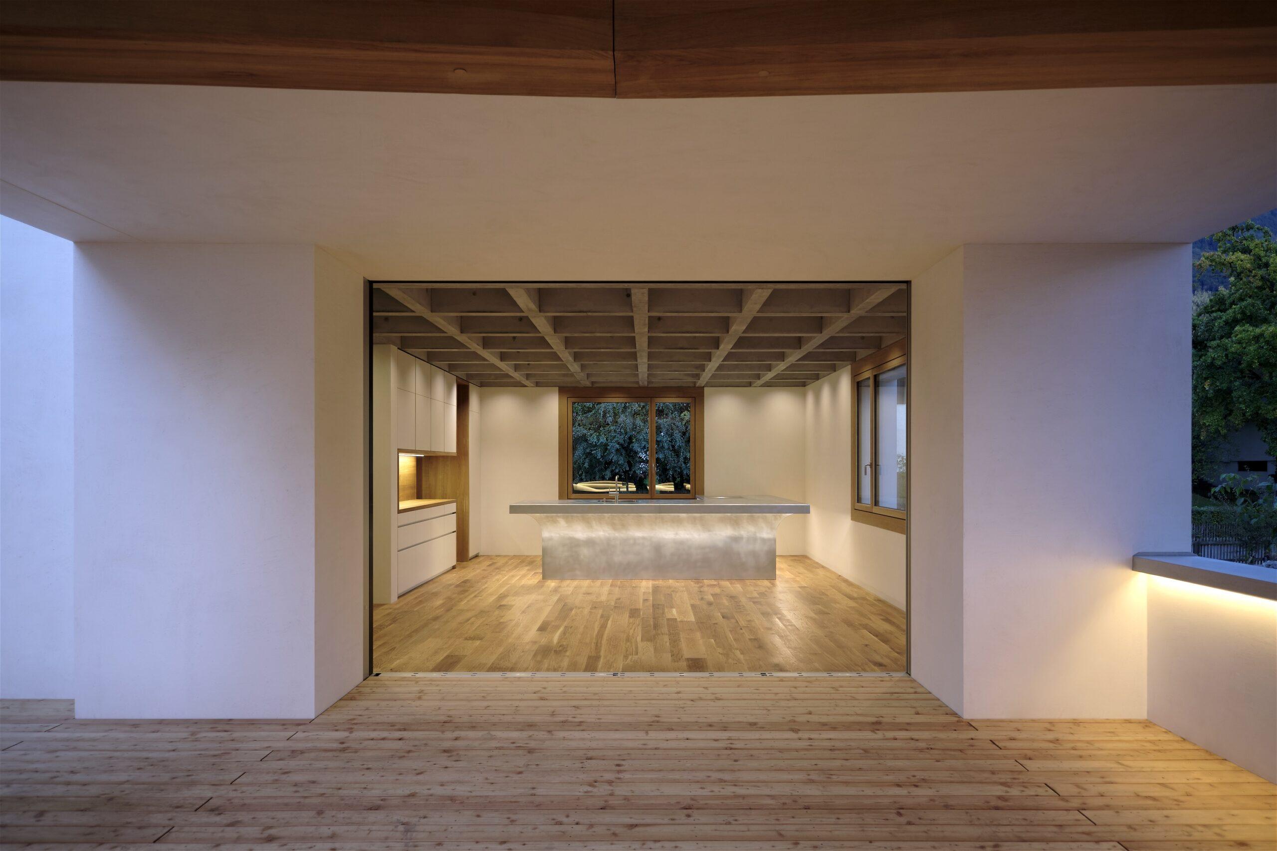 Haus Holdergasse, Terrasse bei Nacht, Küche und Tresen bei Nacht, BE Architekten, Olex, Oliver Lins