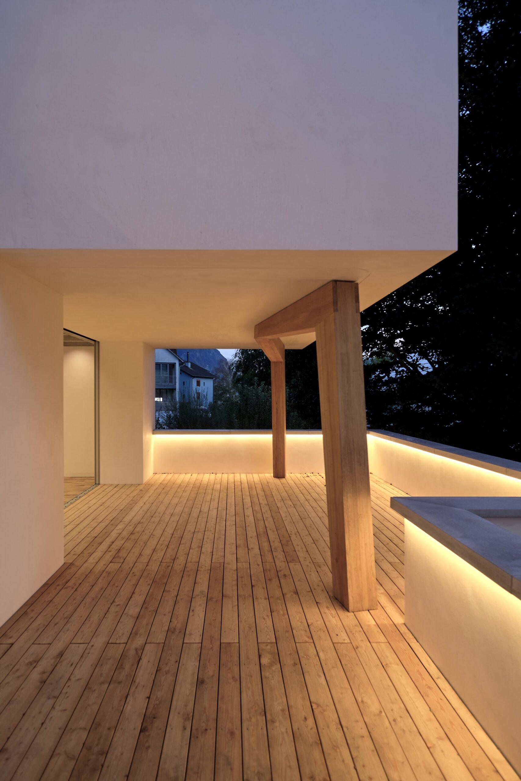 Haus Holdergasse, Terrasse bei Nacht, Holzboden, BE Architekten, Olex, Oliver Lins